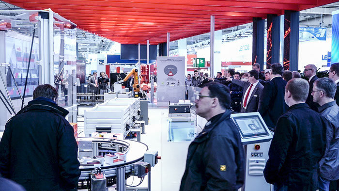 Besucher an SEW Industrie 4.0 Exponat Hannover Messe 2015