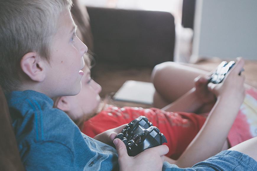 Kinder spielen ein Computerspiel